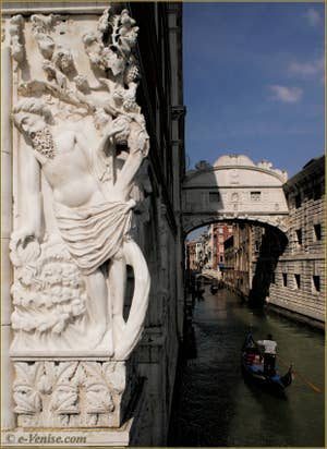 La statue de Noé sur le palais des Doges de Venise, à droite, au-dessus du rio de la Canonica, le pont des Soupirs.