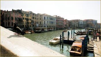 La Riva del Vin et le Grand Canal de Venise vus depuis le pont du Rialto.
