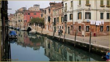 La Fondamenta et le Campo dei Mori, le long du rio de la Sensa, au fond, le pont Brazzo, dans le Sestier du Cannaregio à Venise.