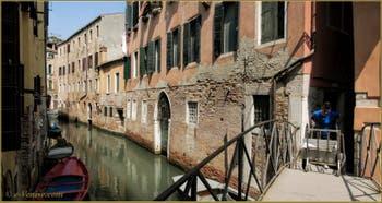 Le pont Noris, sur le rio de Ca' Widmann, dans le Sestier du Cannaregio à Venise.