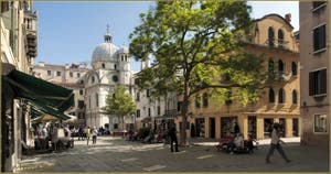 Le Campo Santa Maria Nova, avec l'église dei Miracoli au fond, dans le Sestier du Cannaregio à Venise.