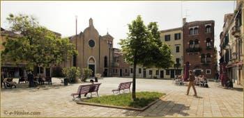 Le Campo Bandiera e Moro o de la Bragora avec l'église San Giovanni in Bragora au fond, là où fut baptisé Antonio Vivaldi, dans le Sestier du Castello à Venise.