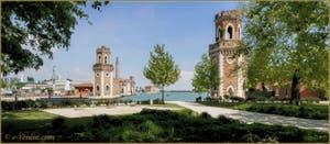 Les deux tours de l'entrée de l'Arsenal de Venise du côté de l'île de San Pietro di Castello.