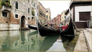 Bel eventail de gondoles sur le rio del Mondo Novo, à côte du Campo Santa Maria Formosa, dans le Sestier du Castello à Venise.