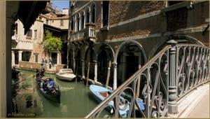 Gondole sur le rio de Ca' Widmann le long du Sotoportego del Magazen, dans le Sestier du Cannaregio à Venise.