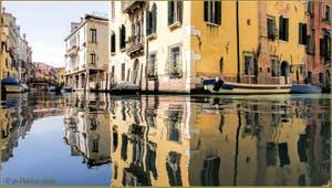 Les reflets du rio Priuli o Santa Sofia, dans le Sestier du Cannaregio à Venise.
