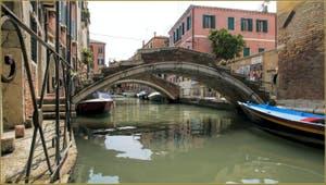 Le pont Chiodo, suivi de celui de la Racheta, sur le rio de San Felice, dans le Sestier du Cannaregio à Venise.