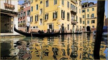 Les magnifiques reflets du rio Priuli o de Santa Sofia, dans le Sestier du Cannaregio à Venise.