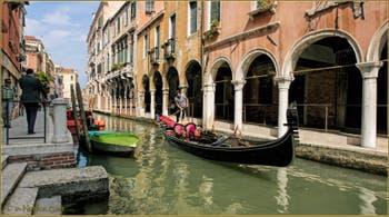 Gondole glissant sur le rio de San Felice, dans le Sestier du Cannaregio à Venise.