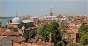 Venise vue du ciel depuis le Campanile dei Greci avec l'église de San Zaccaria, le palais des Doges et le campanile de Saint-Marc.