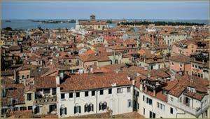 Venise vue du ciel depuis le Campanile dei Santi Apostoli avec au fond l'église dei Gesuiti et les îles de Murano et de San Michele.