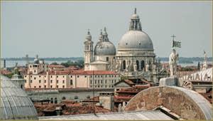 Venise vue du Ciel depuis le Campanile dei Greci, de gauche à droite, la Dogana da Mar ou Douane de Mer, l'église de la Salute, le Christ situé en haut de la façade de San Zaccaria et, tout à droite, la statue de la justice du Palais des Doges.