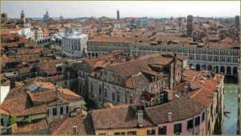 Venise vue du Ciel depuis le Campanile dei Santi Apostoli, de gauche à droite : Le Campanile de San Salvador, celui de San Bartolomeo, le pont du Rialto avec, au fond, l'église de la Salute et à sa droite, sur la Giudecca, celle du Redentore, au milieu, le Campanile penché de Santo Stefano, puis le Campanile de San Silvestro, celui de San Giovanni Elemosinaro et tout à droite, celui de Sant'Aponal. Au premier plan à droite, le long du Grand Canal, les Fabriche Nove.