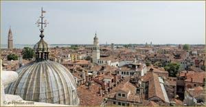 Venise vue du Ciel depuis le Campanile dei Greci, la coupole de son église Orthodoxe et, de gauche à droite, les campaniles de San Francesco de la Vigna, de Sant' Antonin, La tour, les bassins et les bâtiments de l'Arsenal, la basilique San Pietro et son campanile, et enfin le campanile de San Martin.
