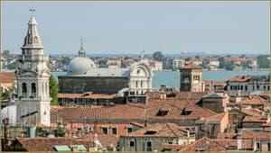 Venise vue du ciel depuis le Campanile dei Santi Apostoli avec de gauche à droite, le campanile de Santa Maria Formosa puis l'église de San Zaccaria et son Campanile, au fond, l'île du Lido et derrière elle, l'Adriatique.
