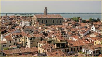 Le Cannaregio vu depuis le Campanile dei Santi Apostoli avec, de gauche à droite, le campanile de Sant'Alvise, celui de la Madona de l'Orto, caché derrière la Scuola Nuova de la Misericordia, et le campanile de Santa Maria Verde. Au fond, entre Venise et la terre ferme, l'île de Campalto.