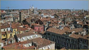 Venise vue depuis le Campanile dei Santi Apostoli, de gauche à droite : le Campanile de San Canzian, San Giovanni e Paolo avec, tout au fond, la basilique et le Campanile de San Pietro, plus près, le dôme et le Campanile dei Miracoli, au fond, les Campaniles de Sant'Elena, de Sant'Antonin, dei Greci et de Santa Maria Formosa, tout à droite, l'église de San Zaccaria et au fond, le Lido et son temple.