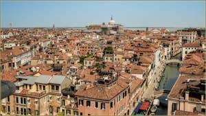 Venise vue depuis le Campanile dei Greci, de gauche à droite : les campaniles dei Santi Apostoli, de San Canzian, de la Madona de l'Orto, la basilique San Giovanni e Paolo, le campanile de l'église San Lazzaro dei Mendicanti puis le rio et le pont de San Lorenzo.