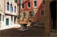 La Corte Morosina et son puits du XIVe siècle
