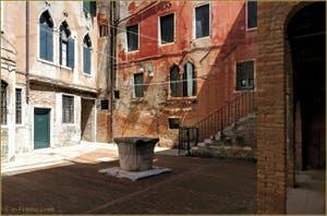 La Corte Morosina et son puits du XIVe siècle, dans le Sestier du Cannaregio à Venise.