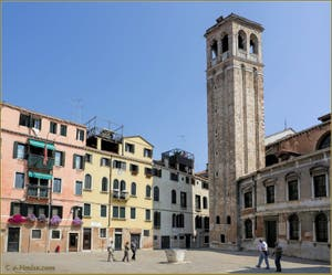 Le Campo San Silvestro avec son puits et son Campanile, dans le Sestier de San Polo à Venise.