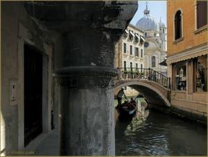 Gondole sur le rio de Ca' Widmann, sous le pont del Piovan avec, au fond, l'église dei Miracoli, dans le Sestier du Cannaregio à Venise.