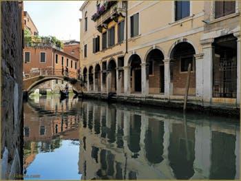 Le pont San Canzian et le Sotoportego del Tragheto, le long du rio dei Santi Apostoli, dans le Sestier du Cannaregio à Venise.