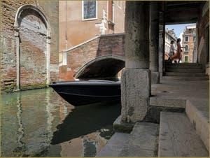 Le rio, le pont et le Sotoportego de la Panada, dans le Sestier du Cannaregio à Venise.