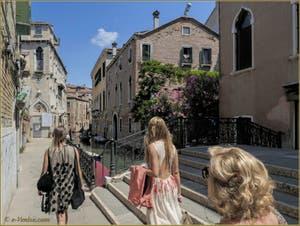 La Fondamenta et le pont de le Erbe, le long du rio de la Panada, dans le Sestier du Cannaregio à Venise.