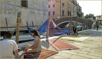 """Le Bar """"tapis et hamacs"""" de la Fondamenta de la Misericordia, devant le pont de San Marziale, dans le Sestier du Cannaregio à Venise."""