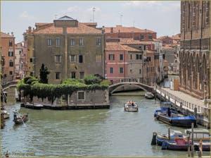 Le Canal de la Misericordia avec, à gauche les petits ponts Chiodo et de la Racheta, à droite celui de la Misericordia, dans le Sestier du Cannaregio à Venise.