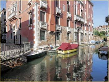 Le palazzo Seriman qui se reflète dans le rio de Sant'Andrea o Gozzi, dans le Sestier du Cannaregio à Venise.