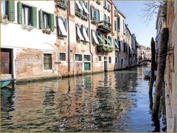 Reflets sur le rio dei Santi Apostoli, au fond, le petit pont de Ca' Giustinian, dans le Sestier du Cannaregio à Venise.