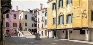 Le Campo San Canzian et son puits du XVe siècle, au fond, le pont San Canzian et une gondole qui glisse sur le rio dei Santi Apostoli, dans le Sestier du Cannaregio à Venise.