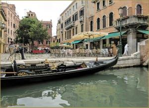 Gondole sur le rio dei Miracoli, devant le Campo de Santa Maria Nova, dans le Sestier du Cannaregio à Venise.
