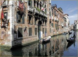 Gondoles sur le rio de Santa Marina, au premier plan, le Palazzo Pisani, dans le Sestier du Cannaregio à Venise.