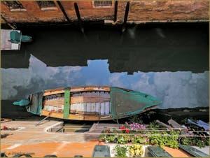 Reflets sur le rio de San Boldo, dans le Sestier de San Polo à Venise.