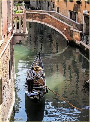 Gondole sur le rio del Malibran, devant le pont Marco Polo, dans le Sestier du Castello à Venise.
