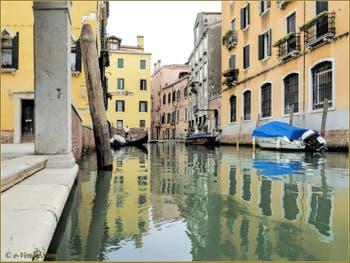 Gondole sur le rio Priuli o de Santa Sofia, dans le Sestier du Cannaregio à Venise.