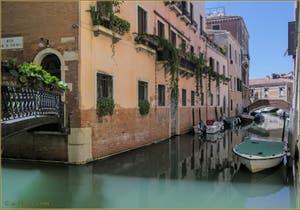 Reflets sur les rii de San Tomà et dei Frari, dans le Sestier de San Polo à Venise.