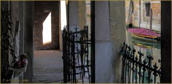 La Venise intime du Castello : le rio de la Tetta vu depuis le Sotoportego du même nom.