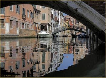 Sous le pont Minich, les reflets du rio del Pestrin Paradiso, au fond, les ponts dei Consafelzi et de l'Ospealeto, dans le Castello à Venise.