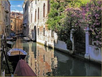 Les Reflets Colorés du rio de la Panada, dans le Sestier du Cannaregio à Venise.