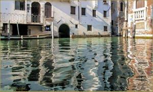 Les Reflets Magiques du rio del Pestrin Paradiso, dans le Sestier du Castello à Venise.