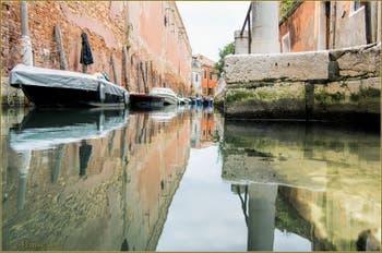 Les reflets pastels du rio de le Gorne, dans le Sestier du Castello à Venise.
