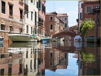 Les beaux reflets du rio Sant'Andrea, au fond, le pont Sant Andrea, dans le Sestier du Cannaregio à Venise.