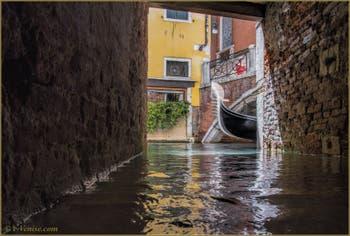 Gondole sur le rio et sous le pont dei Fuseri, dans le Sestier de Saint-Marc à Venise.