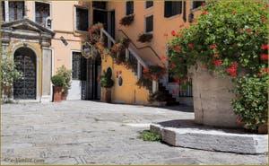 La Corte del Forno Vechio, son puits du XVIe siècle et sa chapelle, dans le Sestier de Saint-Marc à Venise.