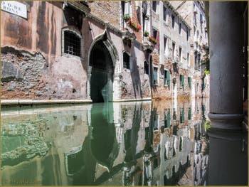 Les reflets du rio de la Verona, dans le Sestier de Saint-Marc à Venise.
