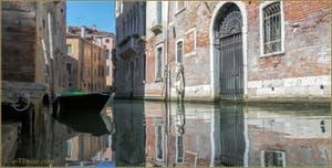 Les reflets du rio de la Panada, dans le Sestier du Cannaregio à Venise.